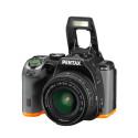 Pentax K-S2, svart/orange snett framifrån med uppfälld blixt