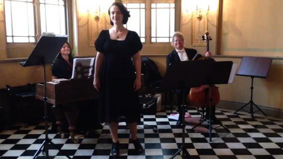 "Ur Musik i Stenstan - Den sjungande dirigenten Marie Rosenmir på Knaust med ""Restaurangtrion""."