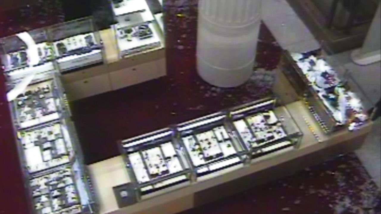 CCTV: Gang steal watches at Selfridges