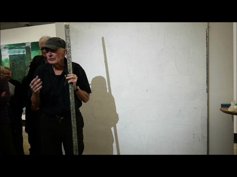 Laris Strunke målar för vernissagepubliken på Edsvik konsthall