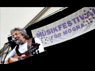 På musikfestival för mogna stampar fötter och käppar takten