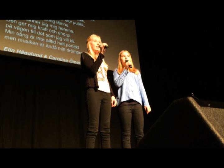 Högstadie- och gymnasieelever från Alingsås kommuns skolor agerade under onsdagen förband åt rapparen Petter i Estrad.