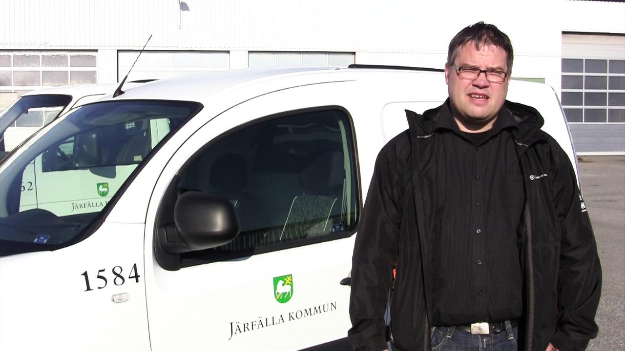 Mattias Larsson visar upp ny elbil