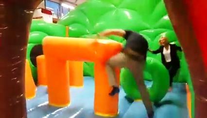 Stor glede blant de barnslige voksne da Boligmessen testet det nye hoppeslottet