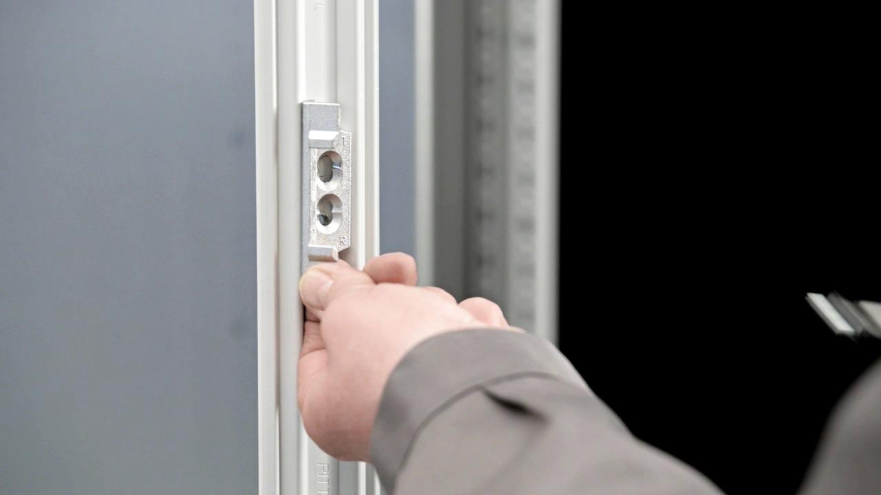 TS 8 - Enmans montage (Byte av dörrgångjärn)